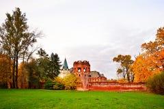 Paisaje del otoño - la torre, la pared y el edificio de la F Fotografía de archivo libre de regalías
