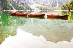 Paisaje del otoño del lago Braies en las montañas de la dolomía imagenes de archivo