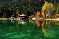 Paisaje del otoño del lago Braies en las montañas de la dolomía fotos de archivo libres de regalías