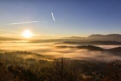 paisaje del otoño para arriba temprano con niebla en Zagorochoria, Epirus Grecia Fotografía de archivo libre de regalías