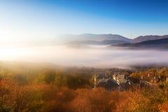 paisaje del otoño para arriba temprano con niebla en Zagorochoria, Epirus Grecia Foto de archivo libre de regalías