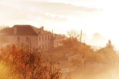 paisaje del otoño para arriba temprano con niebla en Zagorochoria, Epirus Grecia Imagen de archivo libre de regalías
