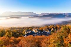 paisaje del otoño para arriba temprano con niebla en Zagorochoria, Epirus Grecia Foto de archivo