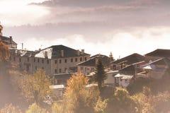 paisaje del otoño para arriba temprano con niebla en Zagorochoria, Epirus Grecia Fotos de archivo libres de regalías