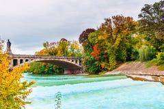Paisaje del otoño por el río de Isar en Munich imagenes de archivo