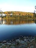 Paisaje del otoño reflejado en el lago 2 Foto de archivo libre de regalías