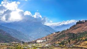 Paisaje del país de la montaña y del valle, ciudad de Timbu en Bhután Fotos de archivo libres de regalías