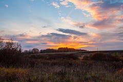 Paisaje del país en la puesta del sol Fotos de archivo libres de regalías