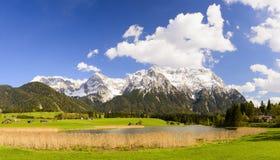 Paisaje del panorama con las montañas y el lago de las montañas en Baviera Fotos de archivo libres de regalías