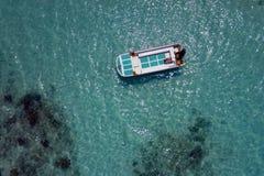 Paisaje del panorama de la opinión aérea del agua de la turquesa de Maldivas fotografía de archivo