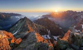 Paisaje del panorama de la puesta del sol de la montaña en Tatras, Rysy, Eslovaquia foto de archivo libre de regalías