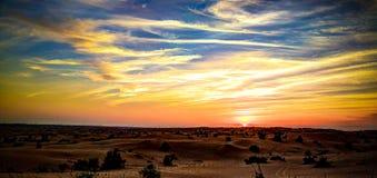 Paisaje del panorama de la puesta del sol en el desierto árabe, Dubai, UAE Imagen de archivo