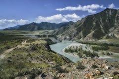 Paisaje del panorama de River Valley de la montaña Cielo azul y nubes Imagen de archivo