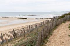 Paisaje del panorama del sistema de las dunas de arena en la playa en la re isla en el oeste del sur de Francia fotografía de archivo