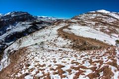 Paisaje del paso del valle del camino de tierra de la nieve Foto de archivo