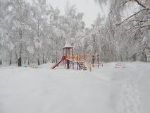 Paisaje del patio, nevadas, nieve en los árboles Fotografía de archivo