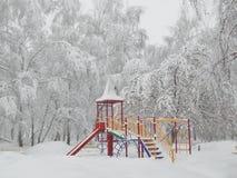 Paisaje del patio, nevadas, nieve en los árboles Foto de archivo