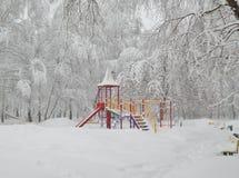 Paisaje del patio, nevadas, nieve en los árboles Imagenes de archivo