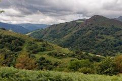 Paisaje del Pays Basque, campo francés en las montañas de los Pirineos fotografía de archivo libre de regalías