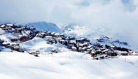 Paisaje del pueblo de montaña del invierno Imagenes de archivo