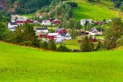 Paisaje del pueblo de Noruega en verano foto de archivo