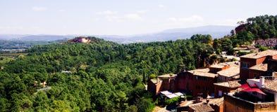 Paisaje del pueblo del Rosellón Imagen de archivo