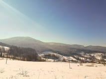 Paisaje del pueblo durante invierno fotos de archivo