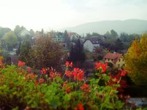 Paisaje del pueblo en un día brillante del otoño con las montañas en el fondo fotografía de archivo
