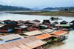 Paisaje del pueblo flotante en Sangkhlaburi, Kanchanaburi, Tha fotos de archivo