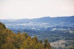 Paisaje del pueblo del valle del otoño de la montaña imágenes de archivo libres de regalías
