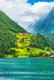 Paisaje del pueblo y del fiordo de Noruega imagen de archivo