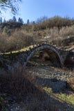 Paisaje del puente de capitanes Arkoudas, montañas de Pindus, Zagori, Epirus, Grecia Imagenes de archivo