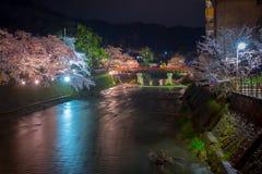 Paisaje del puente de Nakabashi en la noche en la estación de la plena floración de la flor de cerezo, Takayama, Japón imagen de archivo libre de regalías