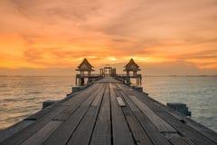 Paisaje del puente enselvado en el puerto entre la salida del sol Imagenes de archivo