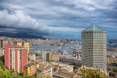 Paisaje del puerto de Génova, Italia Vista amplia del puerto de las colinas de la ciudad imágenes de archivo libres de regalías