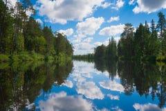 Paisaje del río con las nubes Fotos de archivo