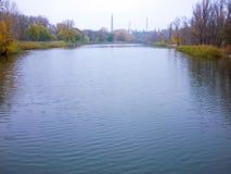 Paisaje del río con los bancos en otoño Foto de archivo libre de regalías