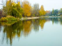 Paisaje del río con los bancos en otoño Fotografía de archivo