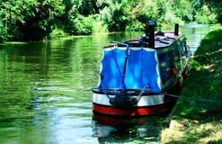 Paisaje del río con un narrowboat Fotos de archivo