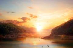 Paisaje del río de la montaña en el fondo de la puesta del sol Foto de archivo