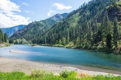 Paisaje del río en montañas boscosas Fotos de archivo
