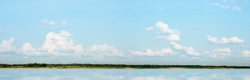 Paisaje del río un panorama fotos de archivo