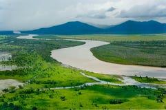 Paisaje del río y de las montañas Fotos de archivo