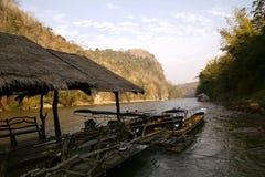 Paisaje del río y de las montañas en Tailandia Imagen de archivo