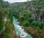 Paisaje del r?o de Koprucay de la turquesa del parque nacional del barranco de Koprulu en Manavgat, Antalya, Turqu?a foto de archivo