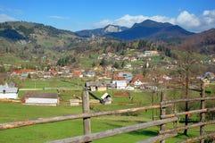 Paisaje del resorte en las montañas de Rumania Foto de archivo