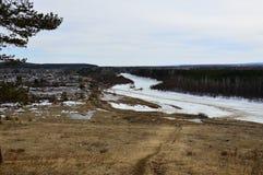 Paisaje del resorte Pueblo en los bancos del río Fotografía de archivo libre de regalías