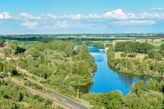 Paisaje del Riverbank con el bosque y el camino fotos de archivo