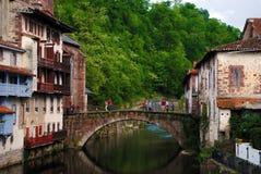 Paisaje del Santo-Jean-De varios colores-de-puerto en el país vasco francés Imágenes de archivo libres de regalías