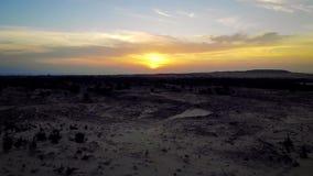 Paisaje del sol sobre horizonte en desierto en las dunas de arena blancas Mui Ne, Vietnam Panorama del campo debajo de colorido e almacen de metraje de vídeo